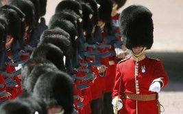 Esto pasa si fastidias a un guardia de la Reina Isabel [VIDEO]