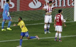 Robinho puso adelante a Brasil tras buena jugada colectiva