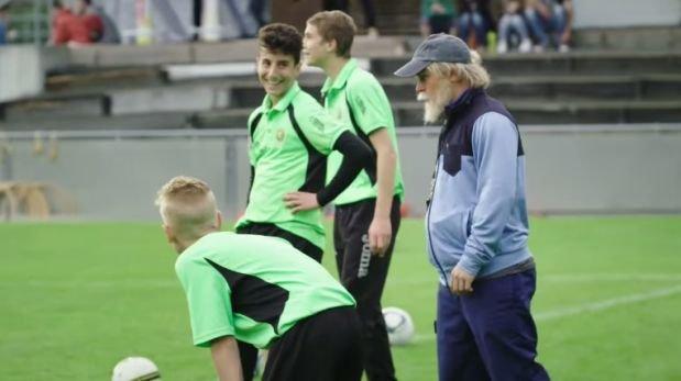 Shaqiri se disfrazó de anciano y sorprendió a un equipo juvenil