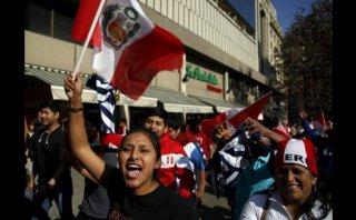 Hinchas cantaron el Himno Nacional a la selección en Santiago