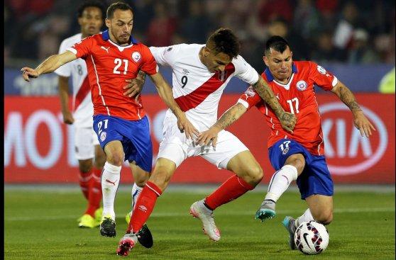 Perú se fue luchando y complicando a Chile, el primer finalista