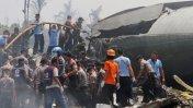 Mueren más de 100 personas al estrellarse un avión en Indonesia