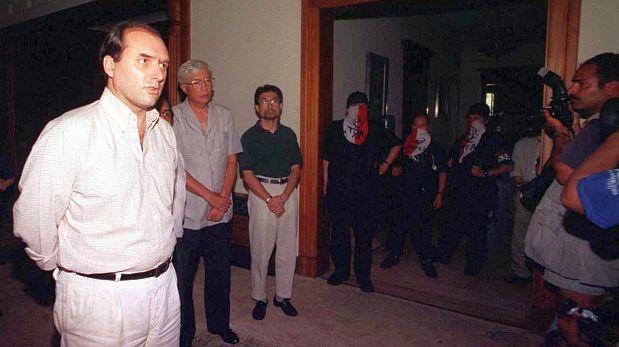 31 DE DICIEMBRE DE 1996*ESTA FOTO NO TIENE CREDITO PERO FUERON ENTREGADAS A EL COMERCIO*GRUPO TERRORISTA DEL MRTA TOMA  EMBAJADA DE JAPON EN EL PERU. REHENES HABLANDO PARA LAS CAMARAS DE TELEVISION.VISTA DE FRANCISCO TUDELA ANTE LAS CAMARAS DE TELEVISIONFOTO: EL COMERCIO