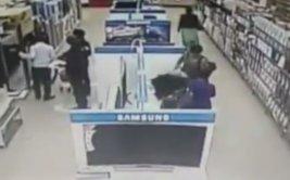 """Mujer roba un televisor de 32"""" oculto entre sus piernas [VIDEO]"""