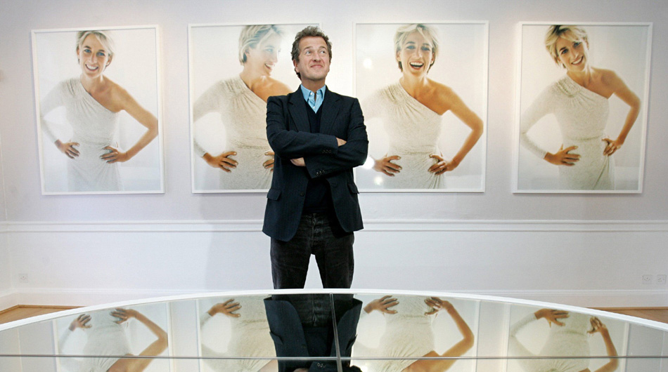 Celebrity portrait photographer Mario Testino poses in front of the photographs that he captured of the late British Princess Diana at an exhibition in Kensington Palace in London, 22 November 2005. Some of the portraits to be exhibited at Diana's former home have never been displayed in public before. Also on show will be nine of Diana's gowns, four of which are featured in his portraits. AFP PHOTO/CARL DE SOUZAOPSE 2005NOV23 INGLATERRA LONDRES FOTOGRAFIA EXPOSICION DEL FOTOGRAFO PERUANO MARIO TESTINO SOBRE LA PRINCESA DIANA LADY DIANA LADY DI2005NOV23 AFD