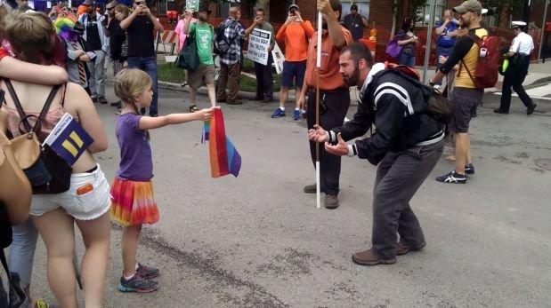 Una niña se enfrentó a predicador homofóbico [VIDEO]