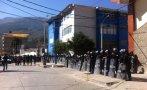 Universitarios lanzan naranjas y piedras para evitar diligencia