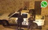 WhatsApp: policías olvidan llave y quedan fuera de patrullero
