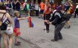 La niña que desafió a un homofóbico con una bandera arcoíris