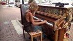 Mira al vagabundo que toca el piano de manera asombrosa [VIDEO] - Noticias de indigentes