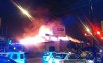 Un fuerte incendio consumió puestos de mercado en Breña