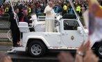 Francisco deja modesto auto y llega a Quito en Papamóvil