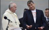Apoteósico recibimiento al Papa y sonora pifiada a Correa