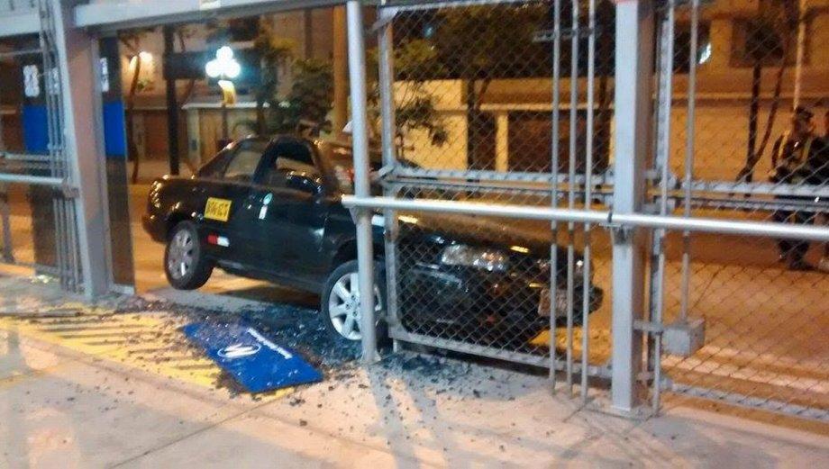 Metropolitano: así terminó el taxi que se estrelló en Matellini