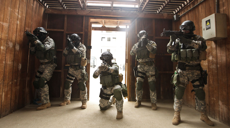 El entrenamiento no solo es en uso de armas, sino en escenarios posibles de ingresos a inmuebles para detener y neutralizar delincuentes o rescatar rehenes. (El Comercio / Alessandro Currarino)