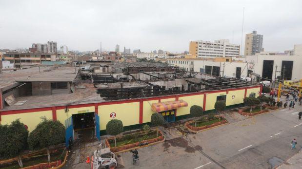 """Incendio que destruyó 200 puestos del mercado """"Las Flores"""" de Breña. (Foto: Juan Ponce / El Comercio)"""