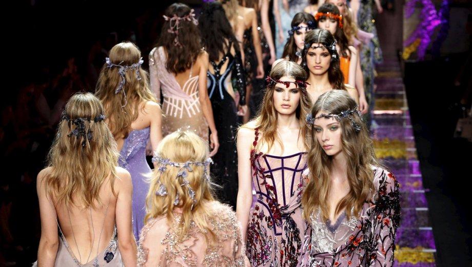 Donatella Versace y su despliegue de flores en París
