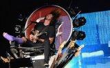 Facebook: líder de Foo Fighters continúa gira con pierna rota