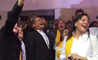 Ecuador: Rafael Correa le canta al papa Francisco [VIDEO]