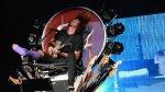 Líder de Foo Fighters sube al escenario con pierna fracturada - Noticias de accidentes