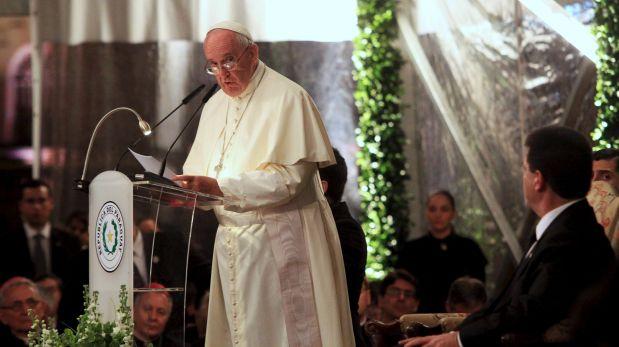 Al cierre de su labor, en horas de la noche, el Papa pidió a sus asistentes que pidan disculpas a la multitud que lo esperaba. (Foto: Reuters)
