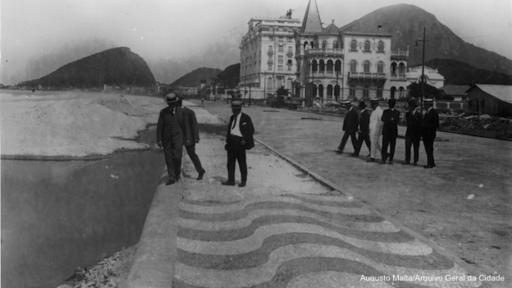 La acera de Copacabana se construyó a inicios del siglo XX, con las ondas que unos años antes decoraron la plaza de Rossio en Lisboa y los alrededores del teatro Amazonas, en Manaos. (Foto: Augusto Malta)