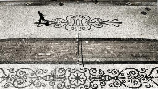 Un peatón camina sobre este mosaico frente al Teatro Municipal, en el centro de Río. La técnica para construir estas aceras la trajeron los portugueses a Brasil. (Foto: Bruno Veiga)