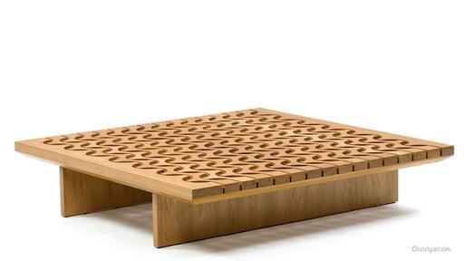 Una mesa de madera de Lia Siqueira, también diseñada en base a las famosas ondas de las veredas de Río de Janeiro. (Foto: Difusión)