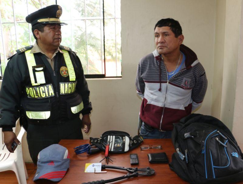 Carlos Alberto Olivera Torres (51) fue detenido cuando cortaba las cadenas de seguridad para apropiarse del vehículo no motorizado. (Difusión)