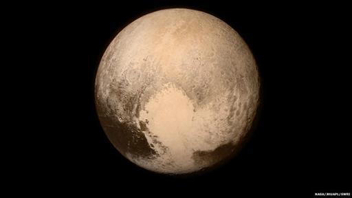 Aquí se ve claramente la zona con forma de corazón bautizada informalmente Región de Tombaugh, en honor al descubridor de Plutón, Clyde Tombaugh.