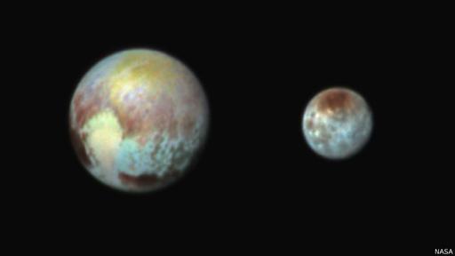 Plutón y Caronte, una de sus cinco lunas.
