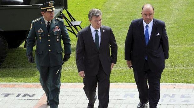 A la izquierda, Juan Pablo Rodríguez Barragán, el General de las Fuerzas Militares de Colombia, al centro, el presidente colombiano Juan Manuel Santos y a la derecha el ministro de Defensa Luis Carlos Villegas.(Foto: Reuters)