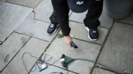 Las aplicaciones instaladas en los celulares devoran la batería, lo cual genera mayor desespero en la busca de fuentes de energía.