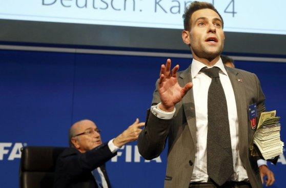 Blatter: ¿Quién es el cómico que lanzó billetes y qué le dijo?