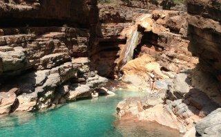 Este valle cuenta con montañas rojizas y piscinas naturales