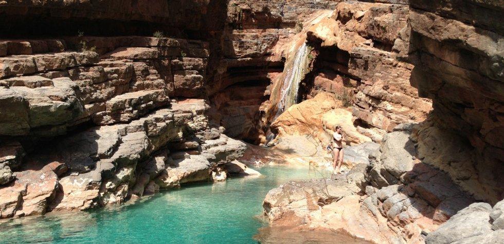El valle con montañas rojizas y piscinas naturales