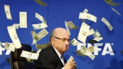 Blatter: intruso interrumpe conferencia y le lanza billetes