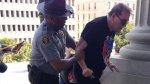 Policía afroamericano ayudó a racista radical en protesta - Noticias de ley del servicio civil