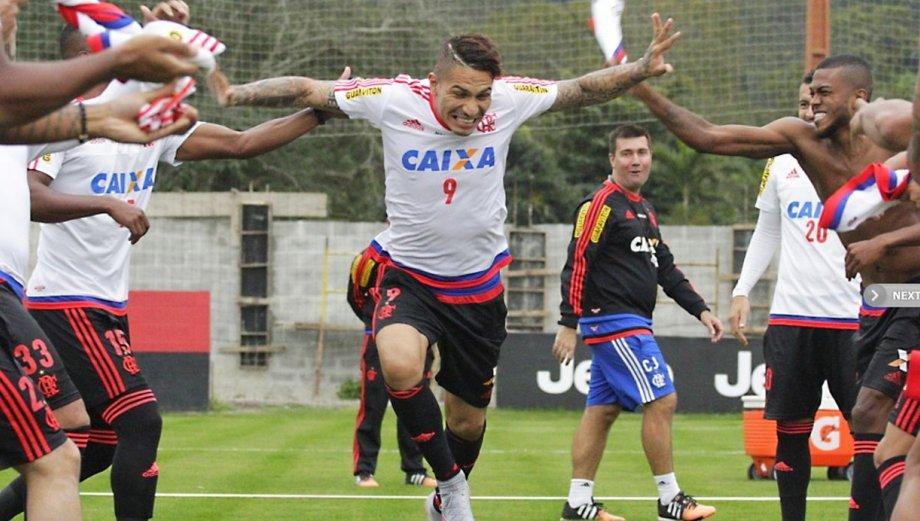 Paolo Guerrero fue 'bautizado' a polazos en Flamengo