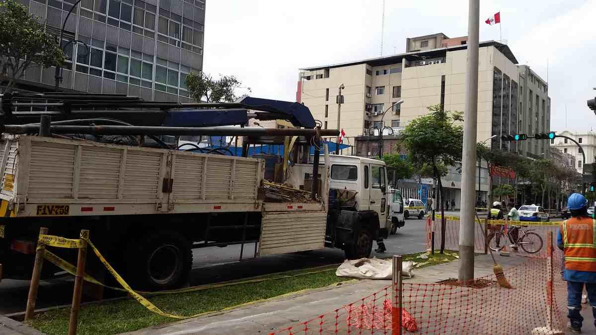 Unos 46 faroles republicanos fueron retirados esta mañana en la Av. Colmena. (Luis García Bendezú / El Comercio)