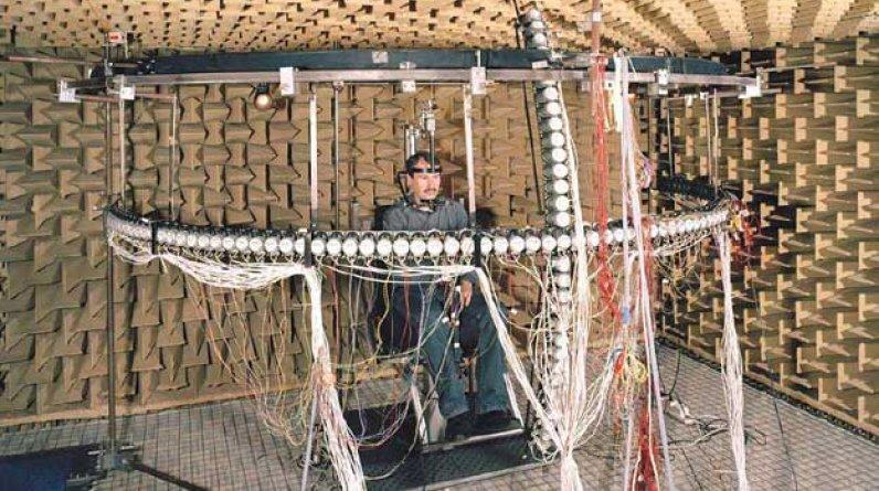En el centro de esta imagen hay un hombre conectado por un enjambre de cables a un extraño aparato cuya función es difícil de adivinar. No se trata de una instalación artística, sino de un experimento científico llevado a cabo en la Universidad Ruhr de Bochum, en Alemania, que intenta explicar cómo el sonido afecta nuestra percepción espacial. (Foto: Daniel Stier)