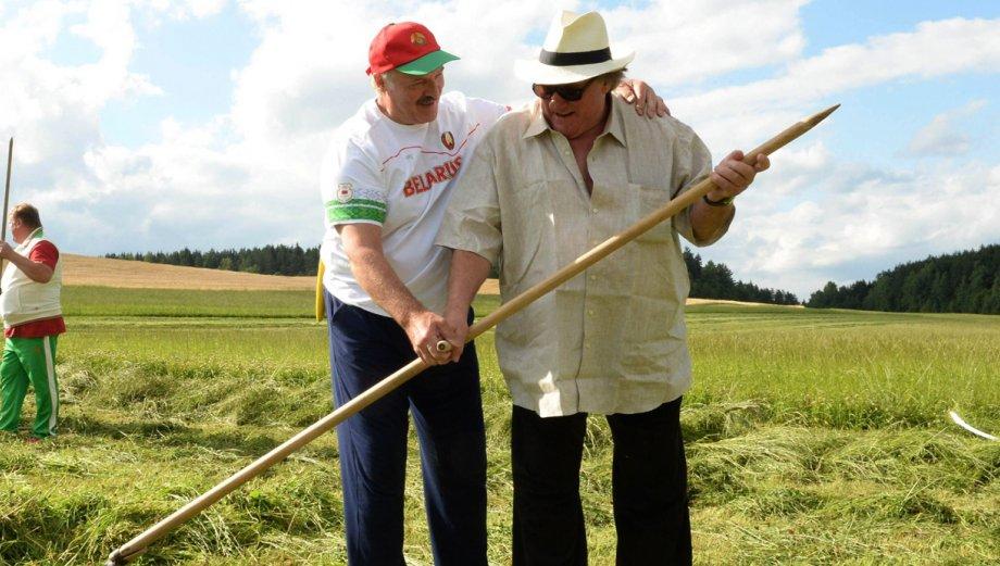 Gérard Depardieu trabajó en el campo con presidente bielorruso
