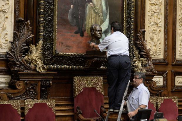 Barcelona's city hall employees remove a bust of Spain's former King Juan Carlos at Barcelona's city hall on July 23, 2015.   AFP PHOTO/ JOSEP LAGO