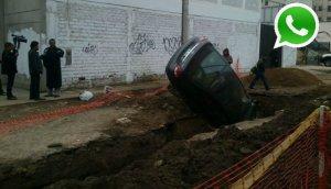 WhatsApp: auto cayó a zanja de obra de Sedapal en Chorrillos