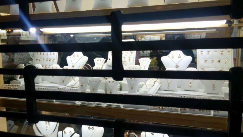 Delincuentes rompieron las vitrinas y se llevaron varias joyas de oro. (Lourdes Fernández / El Comercio)