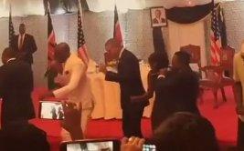 Barack Obama y sus mejores pasos de baile en Kenia [VIDEO]