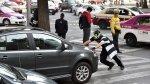 Luchadores, payasos y superhéroe luchan por derechos del peatón - Noticias de accidente de tránsito