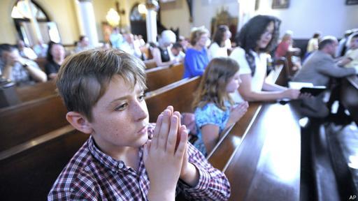 El sábado hubo una misa contra la iniciativa del Templo Satánico.