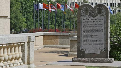 La Corte Suprema de Oklahoma concluyó que el monumento a los Diez Mandamientos situado en terrenos estatales viola la Constitución.