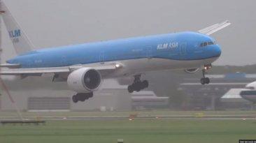 Espectacular aterrizaje de un avión en medio de una tormenta